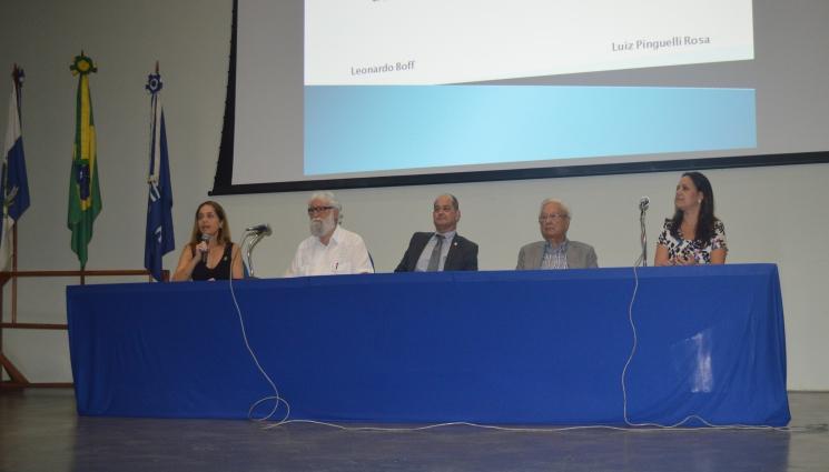 Papel da universidade na superação da crise brasileira é destacado em mesa-redonda