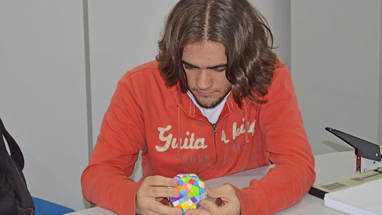 Estudante é recordista nacional na resolução de cubo mágico